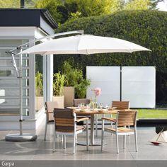 """Dieser Gartenstuhl mit Armlehnen entstammt der """"Monterey""""-Serie von Garpa. Die Materialen Aluminium und Teakholz ergeben hier eine wunderbare Kombination, robust …"""