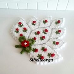 This post was discovered by Fi Crochet Toilet Roll Cover, Bordados Tambour, Lace Flowers, Shaggy, Crochet Doilies, Elsa, Diy And Crafts, Christmas Crafts, Crochet Earrings
