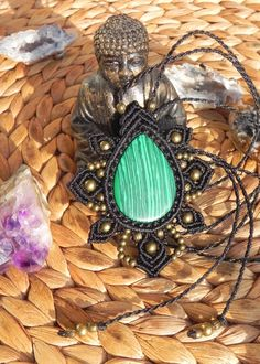 Beautiful necklace made with macrame technique. I used black, brazilian waxed thread, brass beads and a tear drop shaped malachite. Adjustable end.