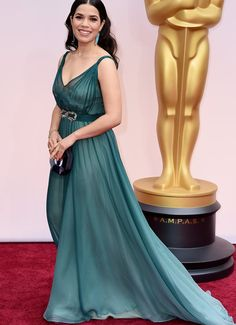 America Ferrera in an ombré Jenny Packham gown. Honestly the colour is what makes the dress, the cut is kinda weird. And her earrings match it perfectly (but since you can only see one, you can't really tell from this angle).
