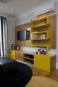 Um dos cômodos deste apartamento em São Paulo tem dupla função: sala de TV e escritório. Projetado pela arquiteta Suzy Melo, o espaço ganhou um ar descolado graças ao tom amarelo dos móveis de laca…