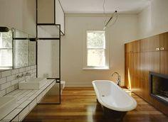 inspiration für badezimmer mit Holzboden und Holzwandschrank mit kamin