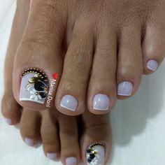 👉 Você é Manicure INICIANTE Ou gostaria de Aprender a fazer suas PróprIas Unhas com perfeição Igual a essa ? Conheça nosso Curso de… Toe Nails White, Pretty Toe Nails, Cute Toe Nails, Dope Nails, Pretty Toes, Toe Nail Art, Cute Toenail Designs, Toe Nail Designs, Hair And Nails