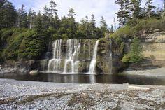 Les chutes Tsusiat font partie des paysages majestueux rencontrés par les randonneurs qui s'aventurent dans le sentier de la Côte-Ouest., Canada