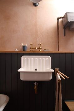 Luxury And Vintage Wastafel Designs Ideas. Below are the And Vintage Wastafel Designs Ideas. This post about And Vintage Wastafel Designs Ideas was posted under the category by our team at March 2019 at am. Hope you enjoy it and don& forget to share . Lavabo Vintage, Vintage Sink, Downstairs Bathroom, Small Bathroom, Master Bathroom, Bathroom Ideas, Bathroom Cost, Bathroom Fixtures, 50s Bathroom