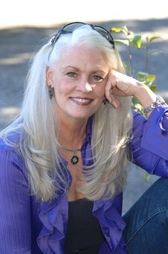 Long gray hair - inspiration for when I'm tired of coloring my hair Long Gray Hair, Silver Grey Hair, Pelo Color Plata, Pelo Natural, Natural White Hair, Corte Y Color, Ageless Beauty, Aging Gracefully, My Hair