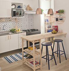 O local das refeições também pode abrigar a adega, guardar o microondas, servir de mesa e guardar louças. Confira soluções para incrementar sua bancada