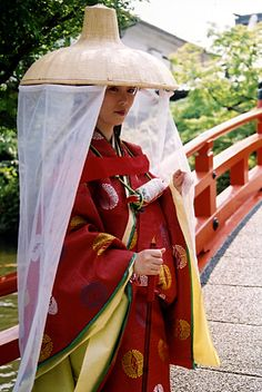 A woman dressed in traveling junihitoe.