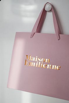 I like the font and the metallic texture for printed material Clothing Packaging, Fashion Packaging, Jewelry Packaging, Fashion Branding, Ecommerce Packaging, Luxury Packaging, Bag Packaging, Shopping Bag Design, Paper Bag Design