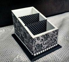 Porta controles remoto com 3 compartimentos    Decorado nas cores preta e branca, com revestimento em tecido impermeabilizado na parte externa e nas divisórias internas.  Aplique de meia pérola em toda a volta da base.    Um item bonito e elegante para decorar e organizar o lar. Decoupage Furniture, Decoupage Box, Ceramic Boxes, Wooden Boxes, Altered Boxes, Painted Boxes, Cardboard Crafts, Diy Box, Keepsake Boxes