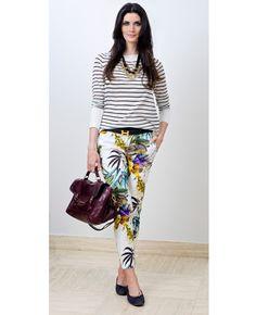 Combinar estampas num mesmo look é super tendência. No caso das peças escolhidas pela apresentadora Isabella Fiorentino, ela combinou a calça floral com fundo branco e blusa listrada preto e branco.  #summer #color #stripes