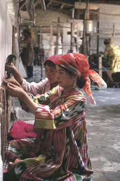 Girls weaving carpet. Kashgar, 1980. [Credit: Hiroji Kubota]