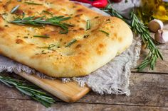 Ancient Greeks or Etruscans, as some say, gave us the basic recipe of focaccia bread. It is a yeasted flatbread that can be enjoyed plain or with toppings. Let's take a look at what exactly is focaccia bread :) Pan Focaccia, Olive Oil Bread, Bread Appetizers, Pellet Grill Recipes, Flatbread Recipes, Types Of Bread, Kitchenaid, Bread Baking, Olives