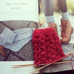Pitsikuvioiset villasukat tekeillä. Ensimmäistä kertaa neulon bambupuikoilla 😊. Malli on Novitan Neulo -lehdestä nro 2/2015, malli 13. Lanka on Novita Pikkusisko    #neulominen#knitting#stickning#sticka#knittinglove#igknitters#igknit #saturday#pitsikuvio#villasukat#woolsocks#punainen#red#käsityö#handmade#finland#novitaknits#novita#pikkusisko#neulomus#neuloosi#bambupuikot Malli, Knitting, Fashion, Moda, Tricot, Fashion Styles, Cast On Knitting, Stricken, Fasion