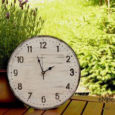 """Hodiny... Černobílé, časem ošlehané... Představuji vám Černobílé, časem ošlehané... hodiny. Velké výrazné a nepřehlédnutelné nástěnné hodiny. """"Velké jako kolo od vozu,"""" chtělo by se říci. ;-) Hodiny jsou laděny v kombinaci bílé a černé barvy, pod níž je patrná výrazná kresba dřeva, která na hodinách vytváří jemný plastický efekt. Během výroby byly ..."""