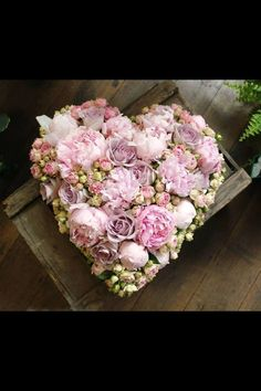 How exactly to Get the Bride Bouquet and Groom Boutonniere Equilibrium? When searching Hand Flowers, Bridal Flowers, Flower Boxes, My Flower, Flower Art, Floral Bouquets, Floral Wreath, Deco Floral, Funeral Flowers