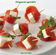 appetizer skewers: dry salami, cherry tomatoes, goat cheese & parsley by longyly Skewer Appetizers, Appetizers For Kids, Easy Appetizer Recipes, Healthy Appetizers, Thanksgiving Appetizers, Appetisers, Tomato Appetizers, Tomato And Cheese, Goat Cheese