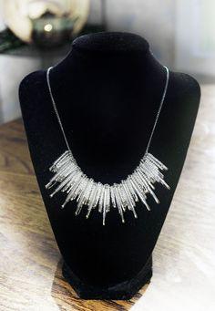 El único accesorio que podrá salvarte en una emergencia. Safety Pin Jewelry, Wire Jewelry, Safety Pins, Safety Pin Bracelet, Safety Pin Art, Safety Pin Crafts, Handmade Jewelry, Jewelry Crafts, Jewelery
