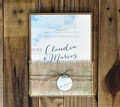 Convite Claudia e Marcos, convite colado no kraft, com faixa de juta e fechamento com fio de sisal e tag com nome do convidado. Ideal para casamento na praia  ou ao ar livre.