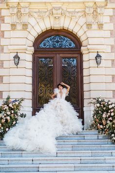 Happy Monday, Cakies! How gorgeous is this fluffy peach wedding gown? It's just one of the dreamy, couture bridal looks French wedding planners HEDHERA paired with romantic fall inspiration at Domaine des Halles. The editorial combines the softness of spring with the earth tones of autumn for an elegant vignette at the historic chateau. Bridal Looks, Bridal Style, Wedding Designs, Wedding Styles, Autumn Inspiration, Wedding Inspiration, French Chateau, French Wedding, Wedding Gowns