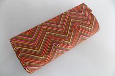 """Verão super estilosa com carteiras inspiradas em estampas geométricas! Carteira de mão , forrada com tecido 100% algodão, (tricoline) feita sob encomenda. Sua parte interna, forrada com tecido na cor laranja, tecido tricoline. Fecha com botão imantado. Altura 10 cm; Largura 25 cm Dúvidas sobre o produto, detalhes ou mesmo sobre a compra entrem em contato através do """"CONTATAR VENDEDOR"""". *Os produtos só serão enviados após a aprovação do pagamento e seu tempo de confecção pode variar, ..."""