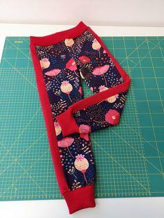 Fotonávod na tepláky Stripe :-) | Fazonetka Sewing Pants, Textiles, Chrochet, Sewing For Kids, Diy Clothes, Crafty, Womens Fashion, Projects, Boho