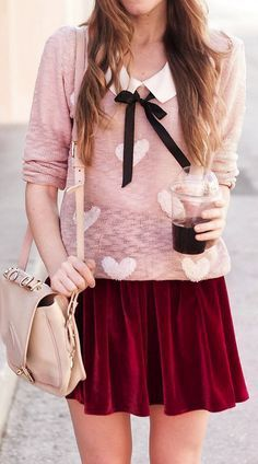 Outfit para San Valentín: Combinar el rojo con el rosa es un tanto difícil, pero se esta convirtiendo en tendencia. Puedes combinar un tono rosa pastel con un rojo opaco y la combinación será súper original.