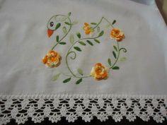 Lindos Bicos de crochê para panos de prato, toalhas, guardanapos e o que mais você quiser... Alguns com gráficos Handmade Embroidery Designs, Border Embroidery Designs, Embroidery Sampler, Bird Embroidery, Hand Embroidery Stitches, Embroidery Patterns, Crochet Patterns, Embroidered Quilts, Embroidered Pillowcases