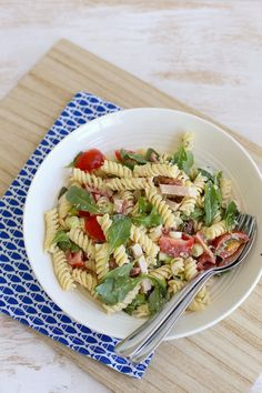 pasta salad with chicken and cherry tomatoes Easy Pasta Salad Recipe, Healthy Salad Recipes, Pasta Recipes, Italian Chopped Salad, Pasta Salad Italian, Tapas, Foods With Gluten, Everyday Food, No Cook Meals