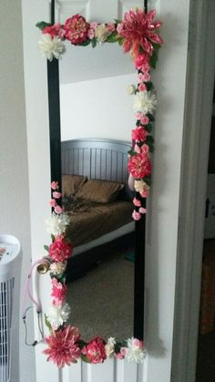 Diy dollar tree flower mirror wall decor easy inexpensive home decor Dollar Tree Flowers, Diy Flowers, White Flowers, Deco Boheme Chic, Flower Mirror, Diy Floral Mirror, Flower Art, Body Mirror, Mirror Vanity