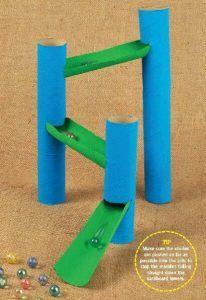 Da para criar tantos brinquedos com rolo de papel higiênico. Essa opção é uma pista de bolinhas de gude. Faça você mesmo
