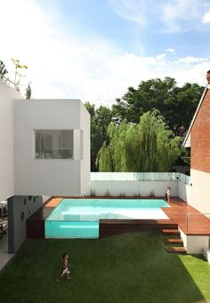 Innenhof gestalten Pool Design Holz Glas