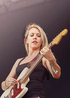 Liz Phair is listed (or ranked) 23 on the list The Sexiest Women in Rock Female Guitarist, Female Singers, Liz Phair, Beauty And The Beat, Women Of Rock, Guitar Girl, Music Promotion, Stunning Women, Music Icon