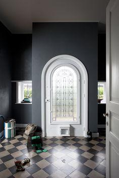 #krijtverf #kalkverf #chaux 50 Shades Darker, Shades Of Grey, Off Black, Black Forest, Oversized Mirror, Entrance, Furniture, Design, Home Decor