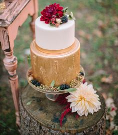 perfect wedding cake for a fall wedding...or any red / golden themed one :) (Fall Woodland Wedding Inspiration) #fallwedding #goldwedding #weddingcake