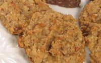 Australian anzac cookies with nuts and fruit from Poh's kitchen. Looks delish. Crunchy Oatmeal Cookies Recipe, Oat Cookies, Oatmeal Cookie Recipes, Fruit And Nut Recipes, Plant Based Recipes, Anzac Biscuits, Vegetarian Chocolate, Delish, Deserts