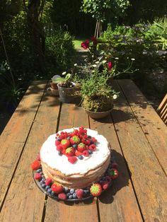Zomerse naked cake  Gevuld met aardbeien, blauwe bessen, frambozen en rode bessen. En een mascarpone slagroomvulling.