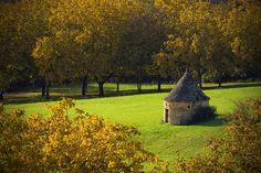 Une clairière à Beynac, Dordogne, France #autumn #traditional_architecture #france