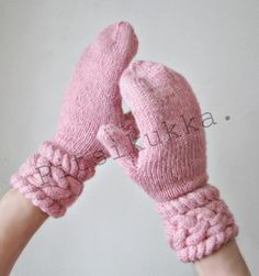Pitsikukka: Palmikkolapaset Knit Mittens, Mitten Gloves, Knitting Projects, Knitting Patterns, Pink Kids, Pink Child, Pink Gloves, Pink Outfits, Vintage Pink