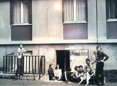 Des enfants se retrouvent au pied d'un immeuble. Zoom sur l'évolution vestimentaire ! Exposition Photo, Zoom, Ile De France, Children, Photography