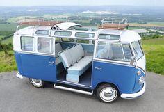 un bus Samba magnifiquement restauré; T1 Samba original avait une fenêtre supplémentaire sur le côté (à l'arrière au-dessus du compartiment moteur) et de petites fenêtres dans le toit le long des gouttières. ils sont venus avec et sans toit toile de soleil. Je n & rsquo; t pensent que la porte coulissante sur celui-ci est original.