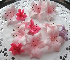Small lily tutorial. #gumpaste #sugarpaste. Not in English.