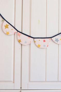 Wimpelkette aus Stoff – mit Liebe genäht – wunderschöne Dekoration für den Kindergeburtstag - Kinderzimmer & Co Du kannst sie entweder draußen aufhängen (bitte nicht bei Regen) oder in Wohnung, Haus oder wo immer du magst. Viel Spaß beim dekorieren! #wimpelkette #geburtstag #kindergeburtstag #dekorieren #stoffwimpelkette #dekoration #feiern #gelberknopf #kinderzimmerdekoration