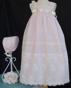 Conjunto faldón y capota de bautizo  Confeccionado en organdí rosa o beige  Lleva puntilla bordada en beige  tallas 3 y 6 meses