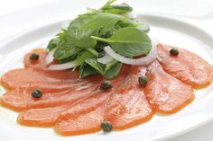 Smoked salmon and caper salad Smoked salmon isn't just a treat; it's very nutritious, too. Smoked salmon is a great source of many of the vitamins which are necessary for a healthy diet. It's also good for minerals, including selen Lunch Recipes, Great Recipes, Salad Recipes, Seafood Salad, Seafood Dishes, Carpaccio Recipe, Sashimi Sushi, Smoked Salmon Recipes, Good Food