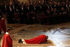 Papa reza deitado no chão da Basílica de São Pedro (Foto: Max Rossi/Reuters)