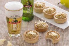 I bicchierini alla birra con crema al parmigiano sono sfiziosi finger food: croccante pasta alla birra con crema al parmigiano e composta di pere.