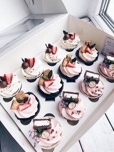 Cupcakes – Pastry World Cute Desserts, Delicious Desserts, Yummy Food, Cupcake Recipes, Dessert Recipes, Cafe Food, Savoury Cake, Mini Cakes, Christmas Desserts