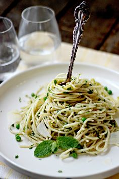 Simple Spaghetti with Garlic, Peas & Parmesan
