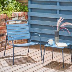 Pour profiter de sa terrasse, on opte pour le fauteuil de relaxation couleur bleu nuit. Pratique, il s'empile et se range facilement, en plus de s'accorder parfaitement à la table Cruzen.